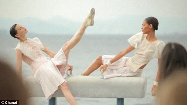 Flexíveis: Os modelos horsed ao redor e colocados em equipamentos de ginástica para o desportivo à beira-mar fotografias