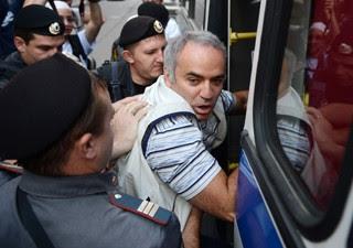 Jogador de xadrez russo Garry Kasparov é detido pela polícia do lado de fora do tribunal onde banda Pussy Riot foi julgada, em Moscou (Foto: Andrey Smirnov/AFP)