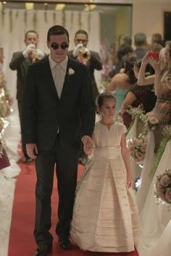 """Noivo foi guiado pela sobrinha mais velha para """"ver"""" a noiva antes de todos. (Foto: Deivison Pedrê)"""