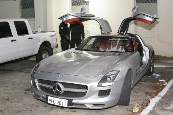 Ao todo, estão apreendidos seis veículos do casal. Entre esses, uma Mercedes avaliada em R$ 500 mil