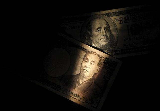 5月20日、主要7カ国(G7)財務相・中央銀行総裁会議では、為替での米国による円安けん制スタンスが鮮明になった。写真は100ドル札と1万円札。2013年2月撮影。(2016年 ロイター/Shohei Miyano)