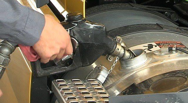 Resultado de imagem para abastecendo caminha diesel