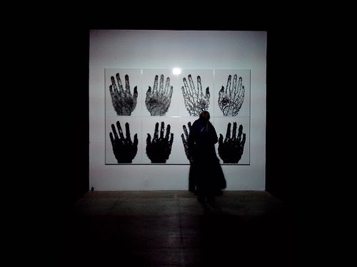 Una persona e le mani foglia by Ylbert Durishti