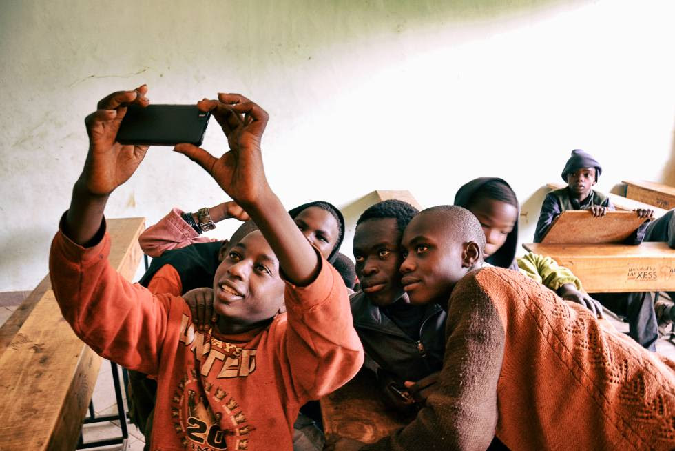 Niños de la calle se hacen un selfie en Dagoretti, Nirobi, Kenia.