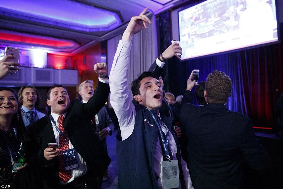 Triunfante: apoiantes Jovem Trump comemorar no candidato republicano puxa à frente na corrida presidencial
