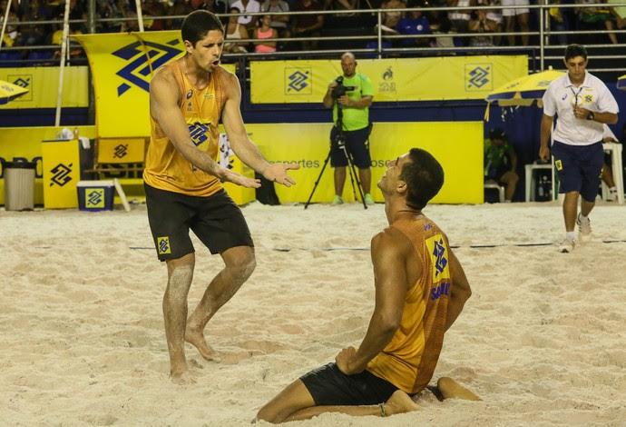 Alvinho e Saymon (sentado) comemoram vaga na final da etapa de Aracaju (Foto: Shana Reis/MPIX/CBV)