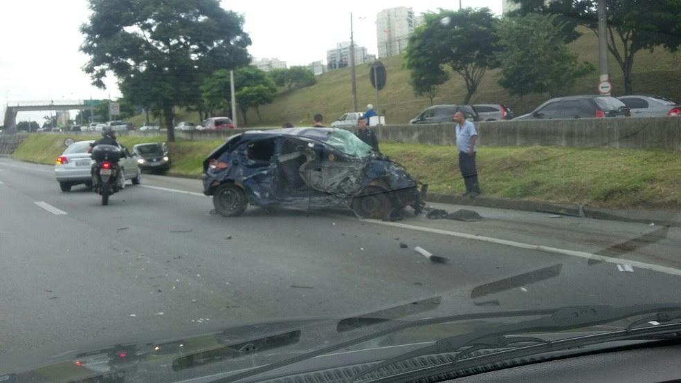 Homem fica levemente ferido em acidente na Dutra em São José (Foto: Sandro Roberto de Sousa/ Vanguarda Repórter)