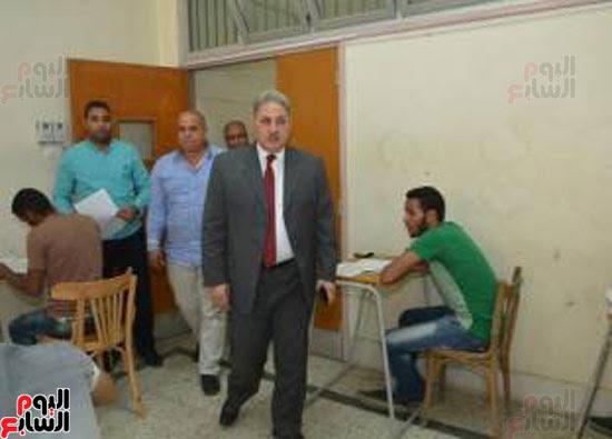 نائب رئيس جامعة أسيوط يتفقد لجان امتحانات الفصل الدراسى الثانى (4)