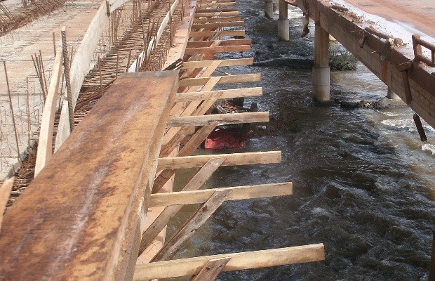 Caminhão cai em ponte do Rio Verdão, na BR-060, em Goiás (Foto: Divulgação/PRF)