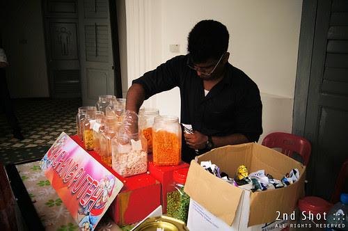 Kacang Puteh seller at work