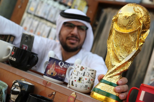 Une réplique de la Coupe du monde dans... (PHOTO IBRAHEEM AL OMARI, ARCHIVES REUTERS)