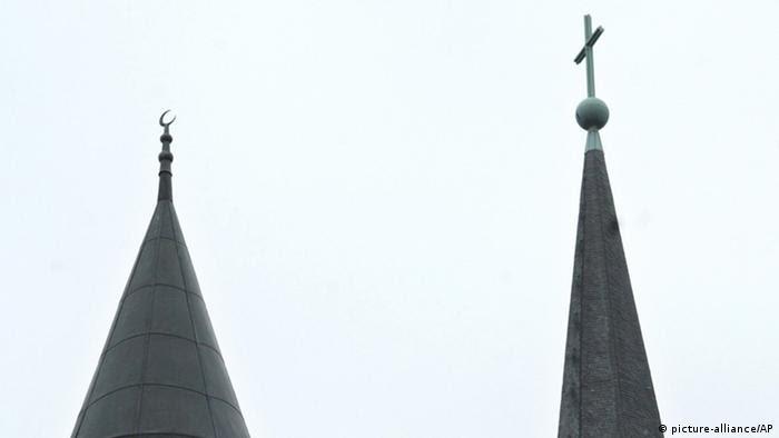 Symbolbild Religion Kirche und Moschee (picture-alliance/AP)