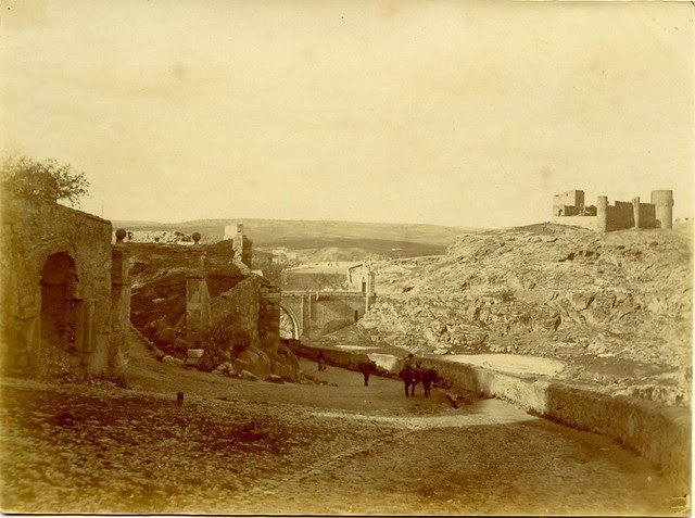 Puerta de Doce Cantos y Castillo de San Servando a principios del siglo XX. Fotografía de Pedro Román Martínez. Diputación de Toledo
