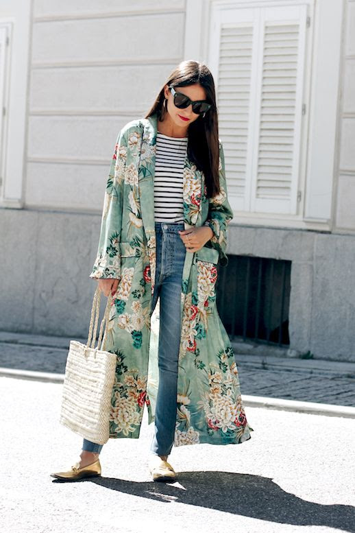 How To Wear Kimono Jacket Trend Blogger All That She Wants Outfit Idea Striped Tee Jeans Metallic Flats Loafers Basket Beach Bag Le Fashion Blog