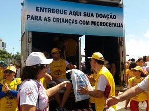 Caminhão recebe donativos (Foto: Marlon Costa/Pernambuco Press)