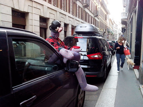 Il pupazzo sull'auto by Ylbert Durishti