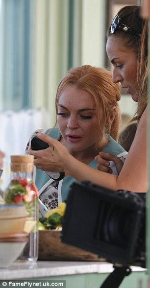 Redigido: Ela apareceu para verificar sua maquiagem durante as filmagens