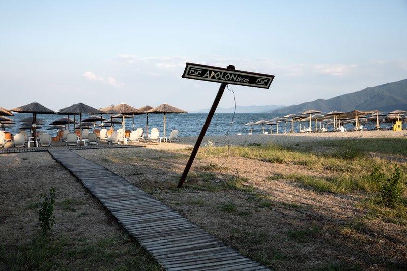Οι κάτοικοι επισκέπτονται την παραλία για τις βουτιές τους