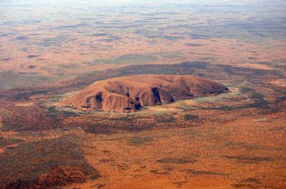 Uluru se eleva 348 metros sobre la planicie desértica del centro de Australia (AFP).