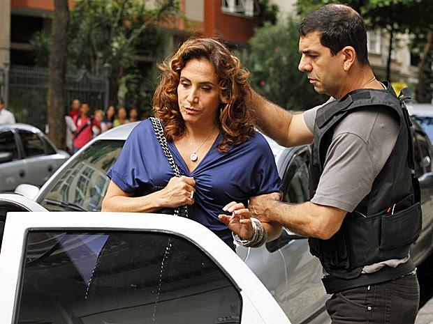 Wanda é conduzida para dentro de uma viatura por policial (Foto: Salve Jorge/TV Globo)