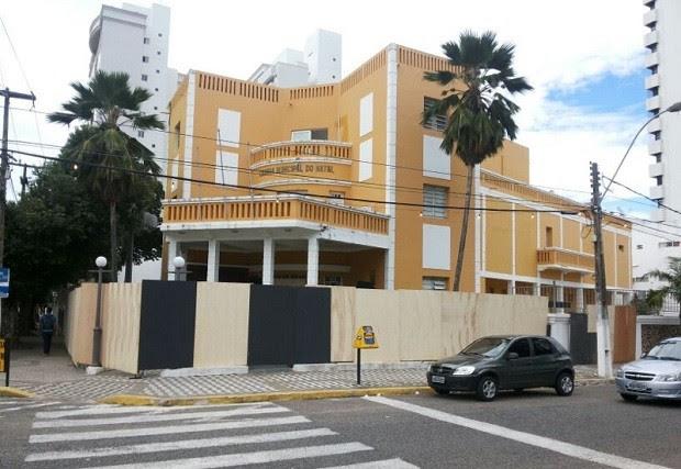 Câmara Municipal de Natal amanheceu cercada de tapumes (Foto: Luiz Alberto Fonseca/G1)