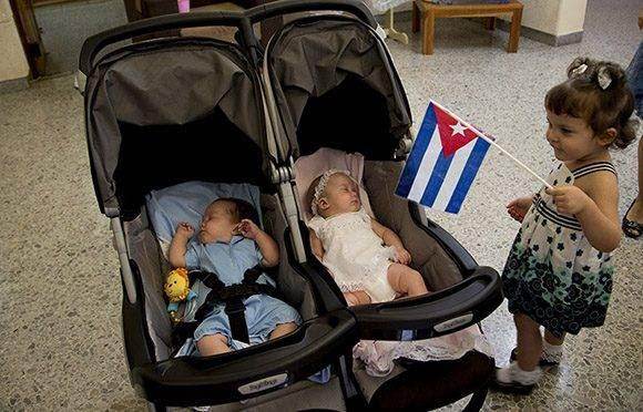 Gema, despierta a sus hermanitos, Ambar y Gerardito. Foto: Ismael Francisco/Cubadebate