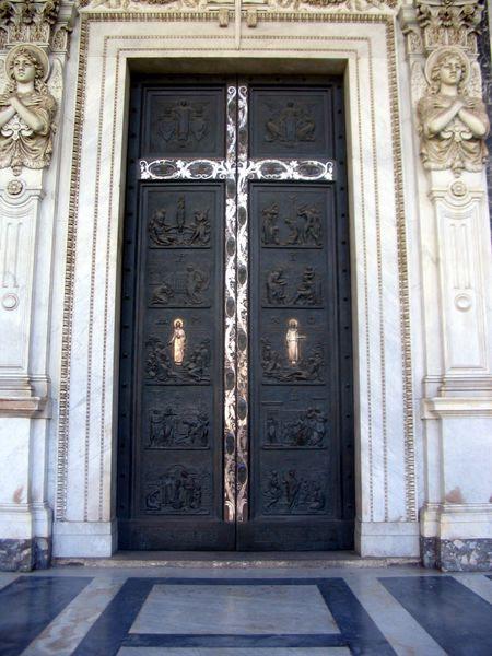 Fil: Roma - Basilica di San Paolo fuori le mura - Ingresso.JPG