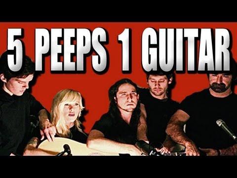 video que muestra a 5 personas tocando a la vez una guitarra