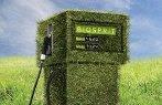 Imagem de uma bomba de combustível recoberta com vegetal.