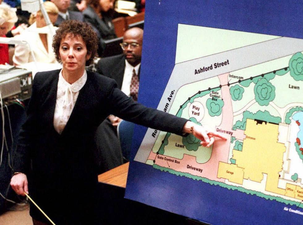 La fiscal Marcia Clark señala un gráfico mientras describe al jurado dónde se encontró una de las pruebas contra O. J. Simpson durante el juicio el 24 de enero de 1994.