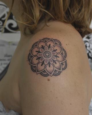 Tatuaje Mandala Pequeño En El Hombro En Su Tinta Estudio