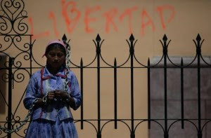 Una indígena hondureña se encadenó en Tegucigalpa durante una manifestación por el retorno de Manuel Zelaya y la expulsión de los golpistas. Foto:Ap