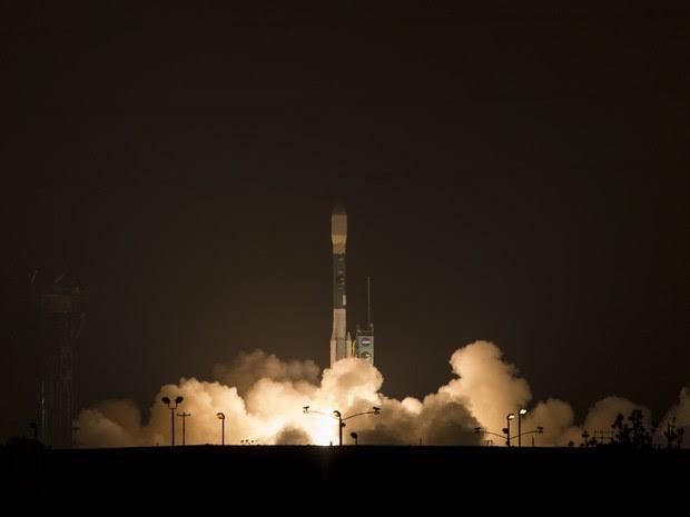 O foguete Alliance Delta II decolou na manhã deste sábado (ainda madrugada na Califórnia) (Foto: NASA/Bill Ingalls)