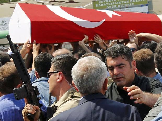 População carrega caixão de vítimas de tentativa de golpe miltiar na Turquia (Foto: Murad Sezer/ Reuters)