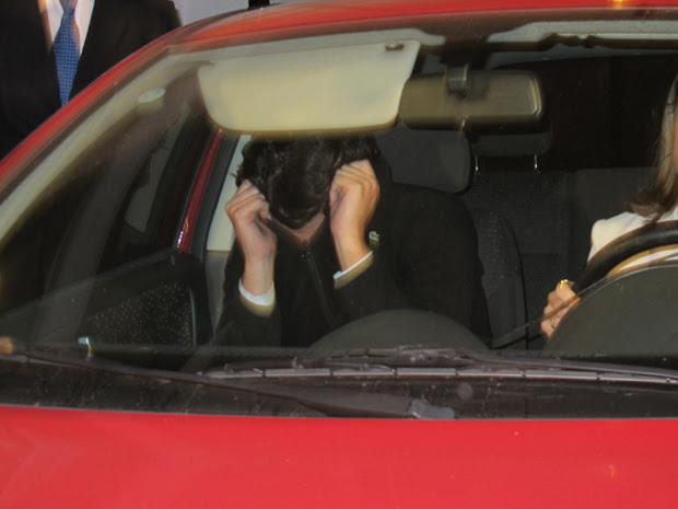 Motorista do Porsche esconde o rosto na saída da delegacia (Foto: Roney Domingos/G1)