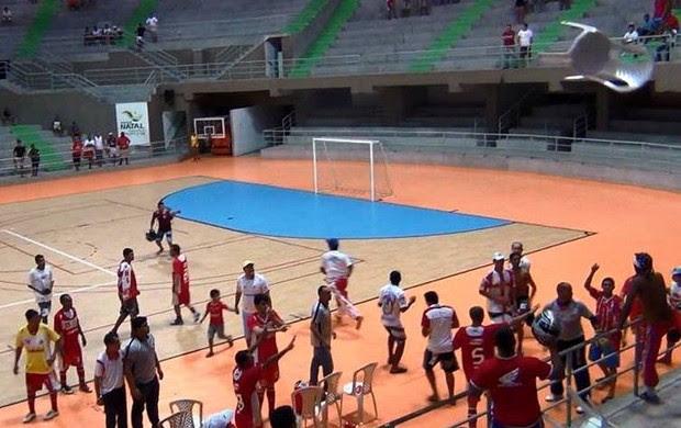 Cadeira voando em invasão da final da Taça Cidade do Natal de Futsal (Foto: Wendell Jefferson)