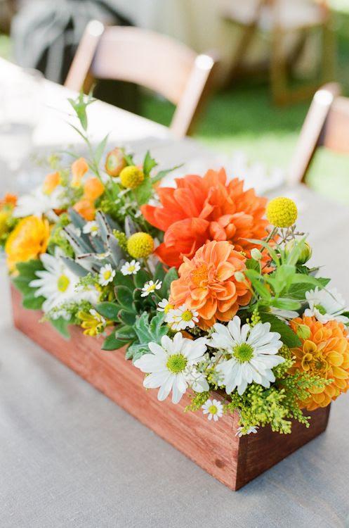 eine Rustikale Hochzeit Herzstück in einer box mit weißen, Orangen und gelben Blumen