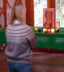 woman-praying-at-altar