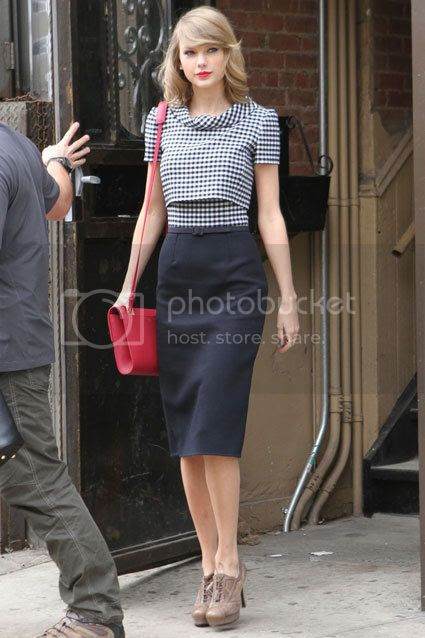 Fashion War: Taylor Swift vs Amal Clooney photo Taylor-Swift-gingham-pencil-oscar-dela-renta.jpg