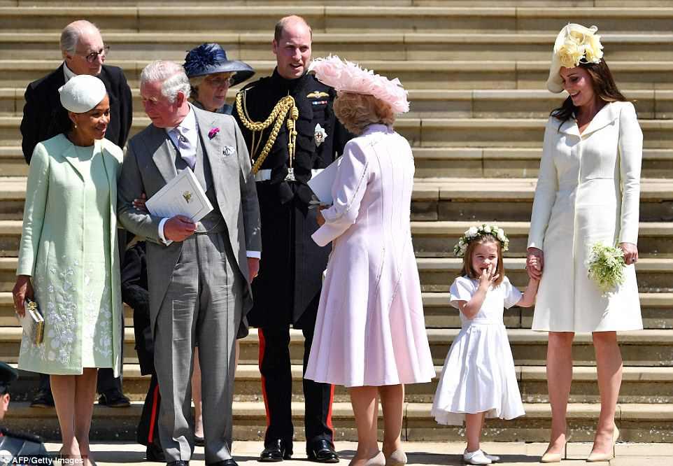 La madre de Meghan, Doria Ragland (a la izquierda) se encuentra junto a los príncipes Charles, Camilla, George, William, Charlotte y Kate en los escalones de la capilla de San Jorge después de la boda.