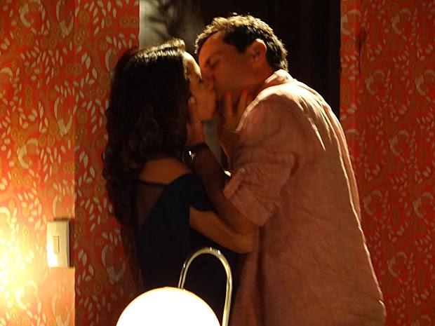 Théo e Morena se entregam a paixão no reencontro (Foto: Salve Jorge/TV Globo)