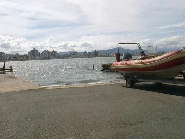 Equipe dos Bombeiros resgatou corpo do mar (Foto: Raquel Santi/Divulgação)