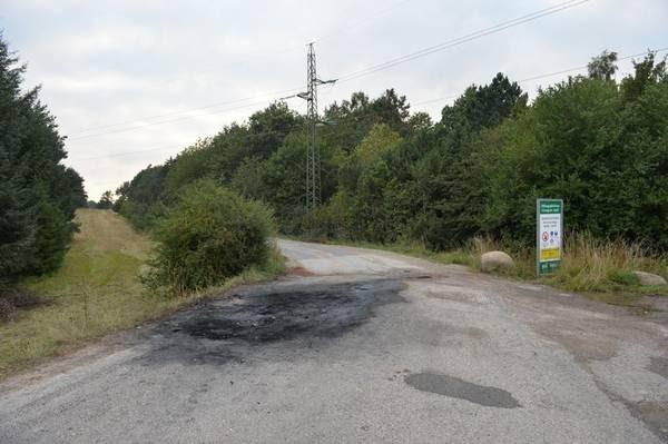 Det var på dette sted i udkanten af Sorø, at bilen med de to dræbte ifølge politiets opfattelse blev stukket i brand. (Foto: Per Rasmussen)