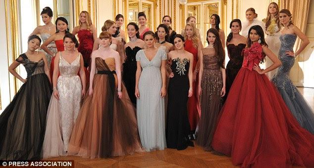 Margaret (primeira fila, o segundo à direita) com os outros debutantes