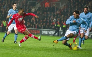 El jugador del Southampton Jason Puncheon (i) marca uno de los goles deu equipo en presencia del defensa del City Joleon Lescott (d), durante el partido de la liga inglesa jugado en St. Mary's st en Southampton. EFE