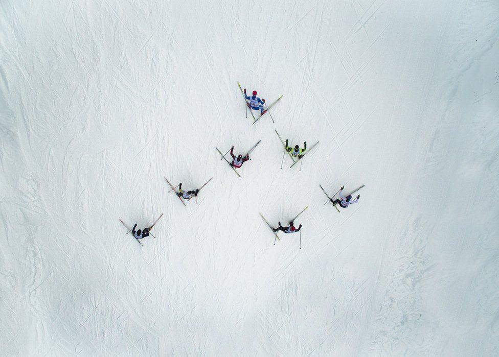 Esquiadores vistos de cima