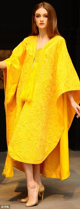 Modelo Bianca Gavrilas veste uma capa bordada à mão feita a partir da seda da aranha Orb Ouro no V & A Museum