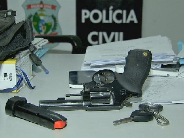 Arma foi encontrada escondida em carro de ex-policial (Foto: Reprodução/ TV Verdes Mares)