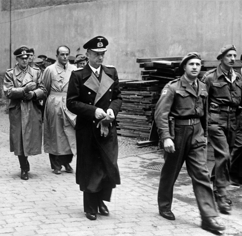 Datei:Bundesarchiv Bild 146-1985-079-31, Verhaftung von Dönitz, Speer und Jodl.jpg