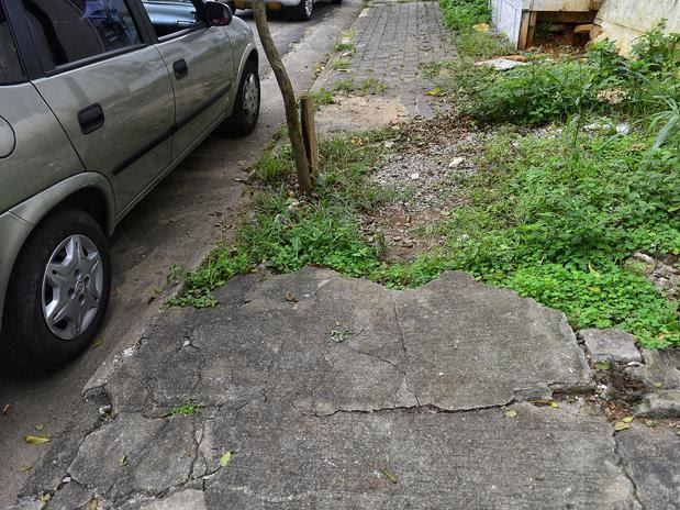 Além do grande buraco aberto, a vegetação tomou conta nesta calçada da rua Senador Vergueiro. Foto: Fernando Borges / Terra